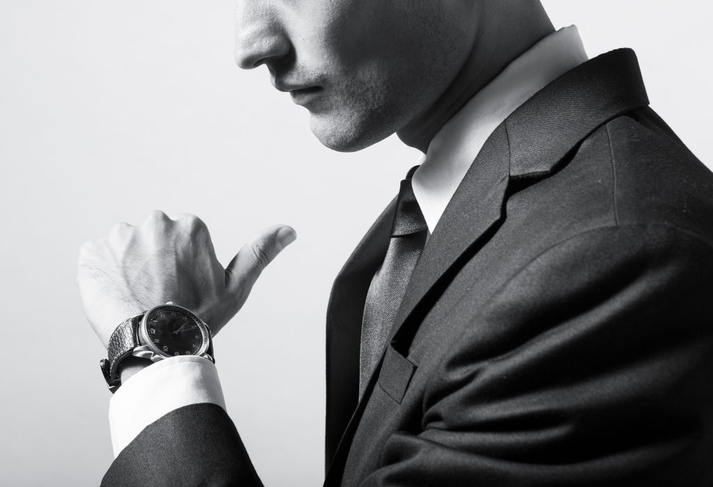 Elegancki mężczyzna z zegarkiem