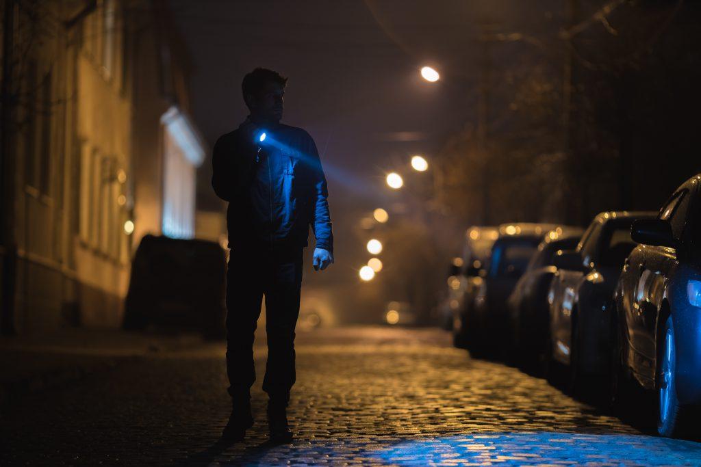 Mężczyzna z latarką