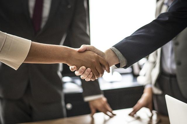Ludzie zawierający umowę biznesową