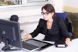Jaka księgowość w małej firmie? Samodzielnie, biuro rachunkowe czy księgowość online?