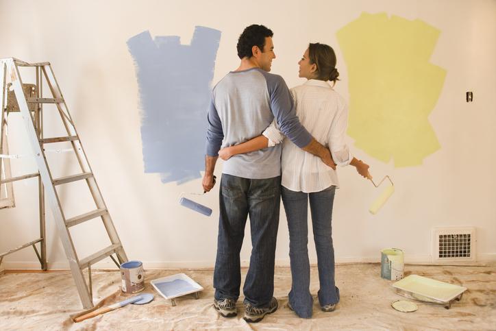 Para malująca ścianę