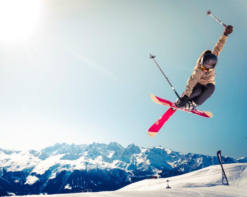 Turysta zjeżdża na nartach