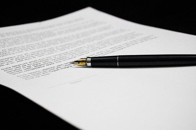 Długopis na dokumentach