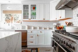 Co na ścianę w kuchni? Kafelki, farba, tapeta, co jeszcze?