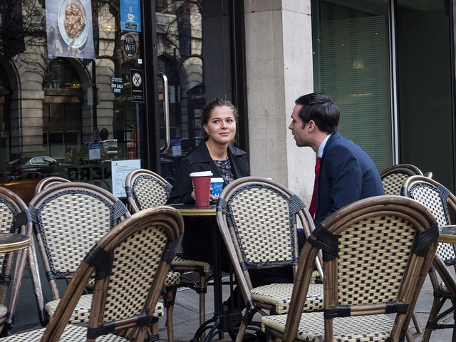 Para na kawie w kawiarni