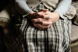 Jak dbać o zdrowie seniora? Co starsza osoba może zrobić sama, a w czym trzeba pomóc?
