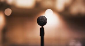 Kto podpowiada aktorom w teatrze, podczas przemówień, urządzenia do podpowiedzi